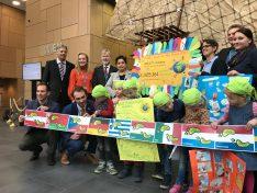 Meilenübergabe auf der UN-Klimakonferenz in Bonn