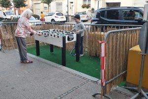 Comment faire d'une aire de parking un endroit qui invite au jeu et au prélassement?